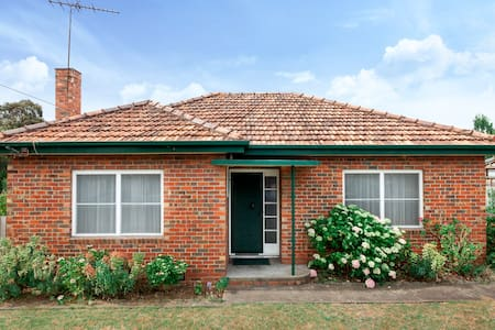 3 BED FAMILY HOUSE + WIFI +BIG BACKYARD +CARPARK - Geelong West