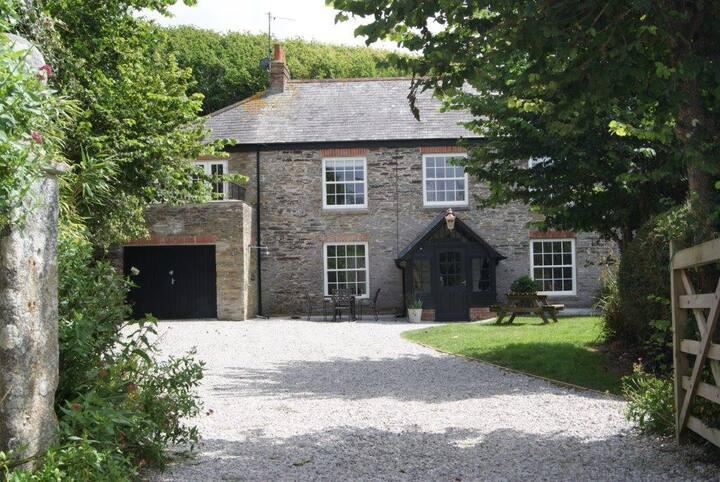 Luxury Cornish character stone house walk to beach