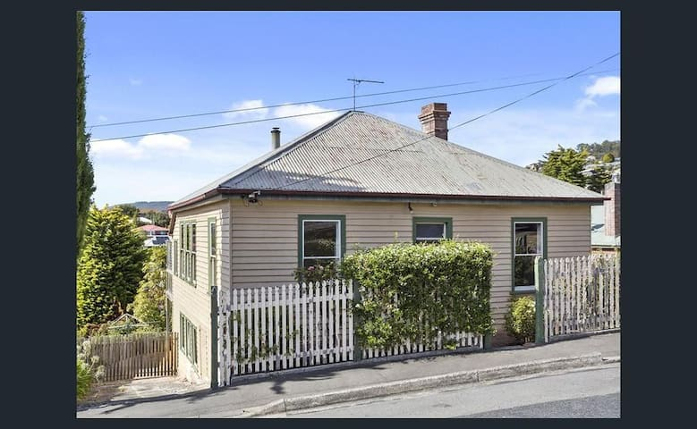 Halcyon House- 7min walk to trendy North Hobart! - West Hobart - Huis