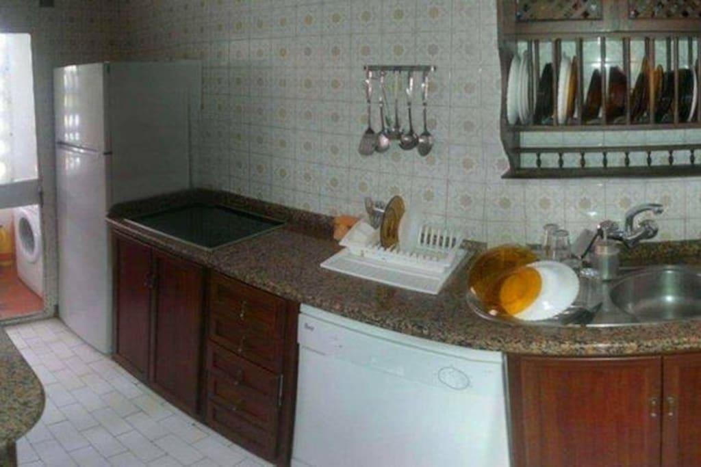 Cocina equipada con vitrocerámica, lavavajillas, etc.