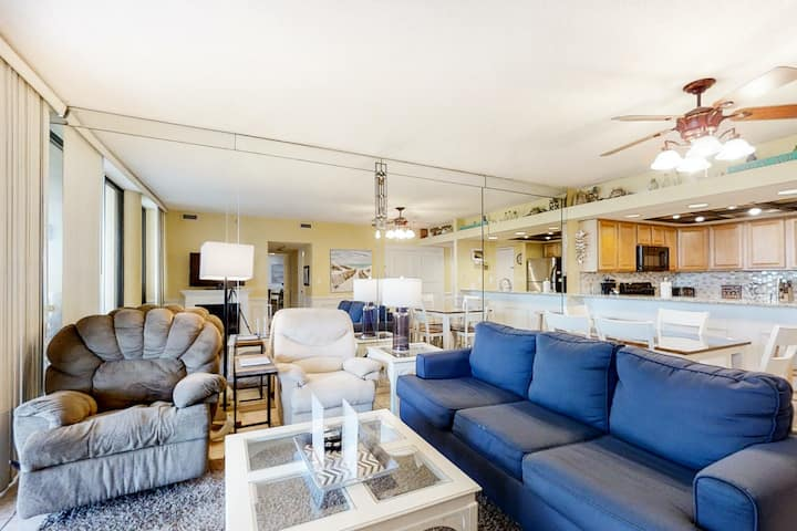 Stunning 2nd-floor condo! Panoramic gulf-front views! Near shops & restaurants!