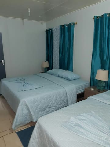 Airconditioned Bedroom with 2 queen size beds + xtra linnen.