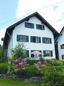 Großzügige Wohnung am idyllischen Dorfplatz