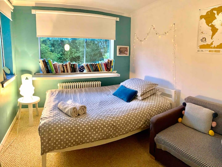 Cosy double room in lovely home.  WHW starts here!