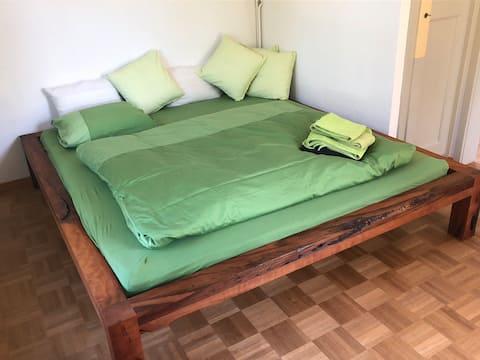 Gemütliches Zimmer in grüner Oase
