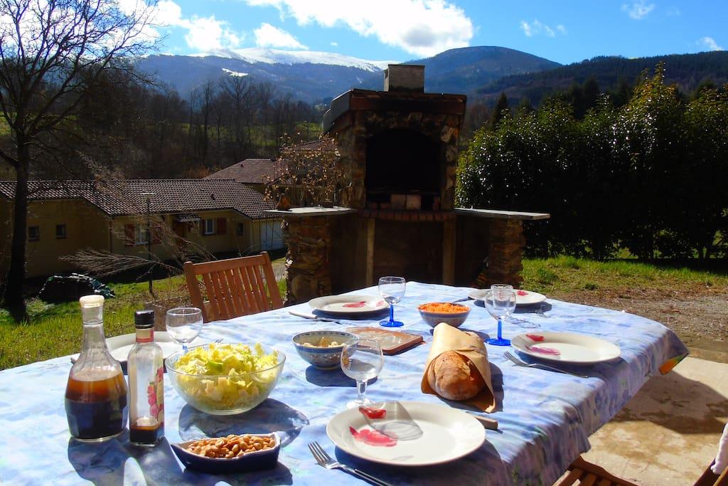 La grande terrasse avec vue sur les montagnes