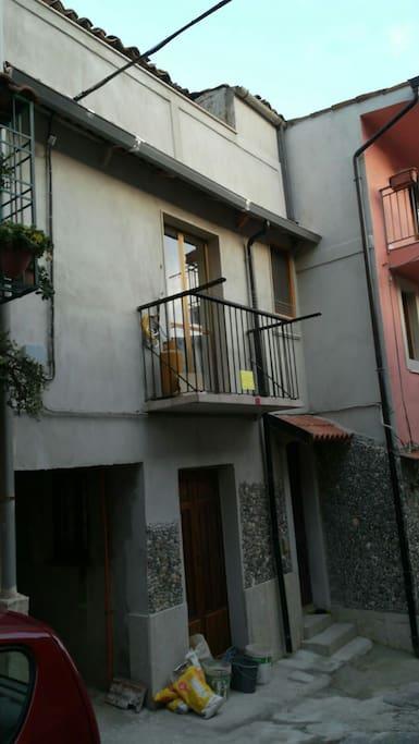Portone di ingresso e balconcino della cucina