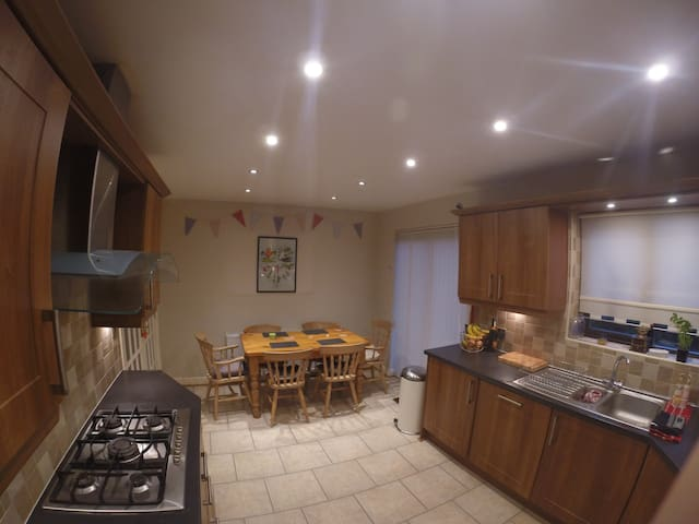 2 rooms, sleeps 5 with private bathroom & parking. - Holmfirth