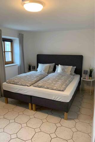 Schlafzimmer 180x200m Bett