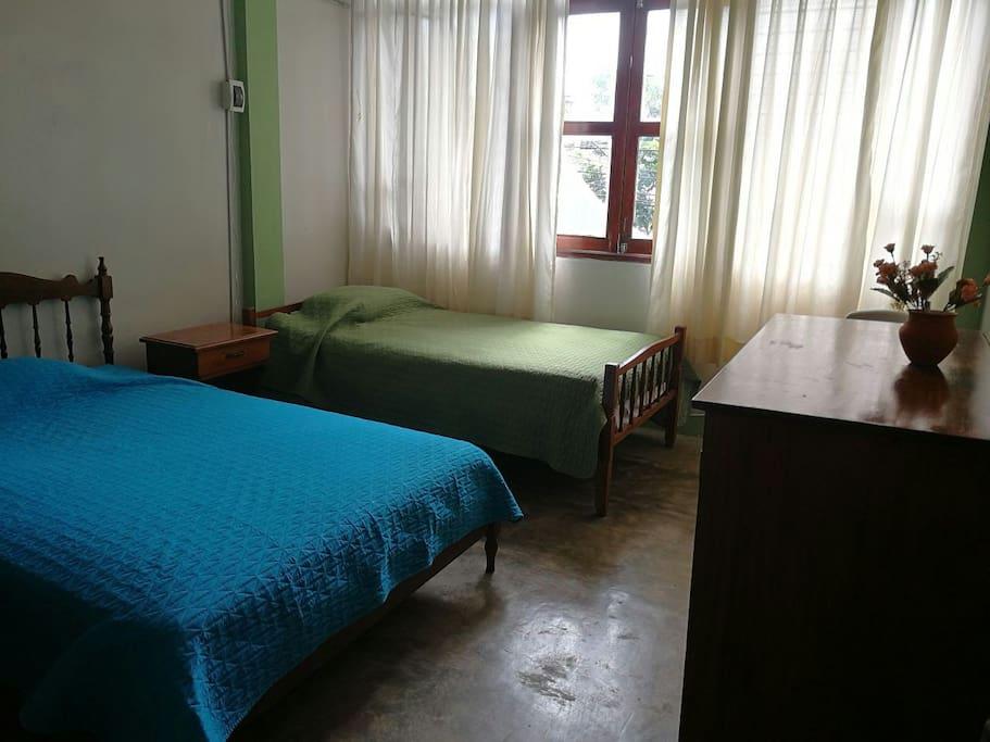 Habitación # 1, confortable con cama de dos plazas, closet y opcional, adicional cama de plaza y media.