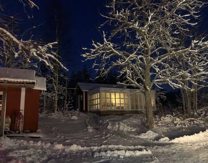 Charmig Torpstuga i vacker Gårdsmiljö Vikbolandet