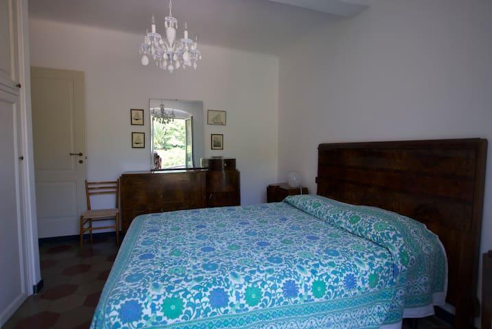 camera matrimoniale con terrazzo e vista sulla collina sul retro