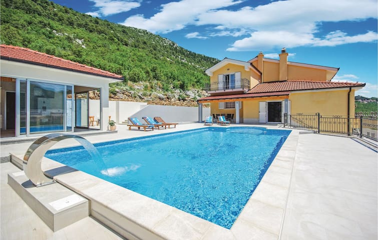 Holiday cottage with 4 bedrooms on 262 m² in Vrgorac