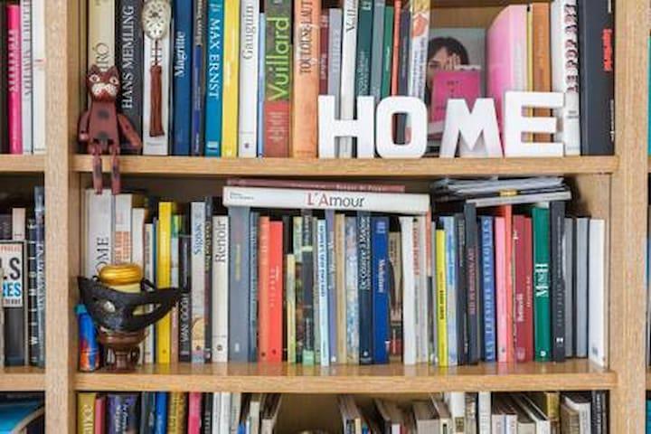 Petite chambre étudiante. BOOKS & BED PARIS