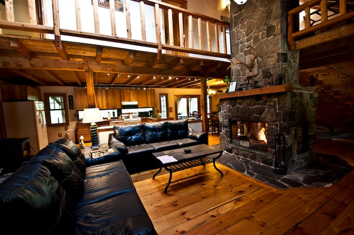 Log Lodge on 10 Acres--Huge Fireplace--Hot Tub!!
