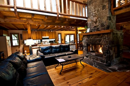 Log Lodge on 10 Acres--Huge Fireplace--Hot Tub!! - Dingmans Ferry