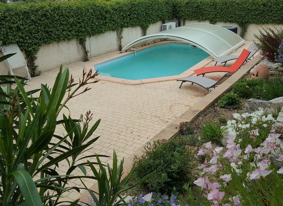 villa avec piscine  couverte et chauffée + coin repas et transats