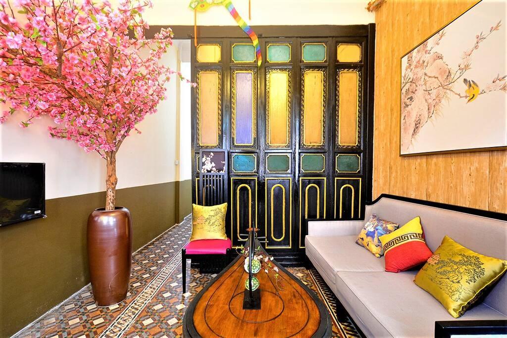 客厅(桃花大树、满洲窗、中式禅意圆桌、大沙发3人坐)