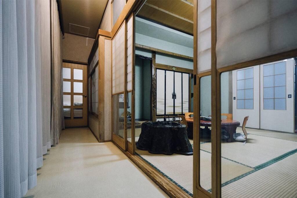 这是整栋别墅一层最大的和室套间,套间内有卧室(有相当于三张床大小的榻榻米),套间内的小客厅可以饮茶,正对着的小院子也是经过60年精心养护的日式院子,风景独特。套间内还有独立的卫生间。