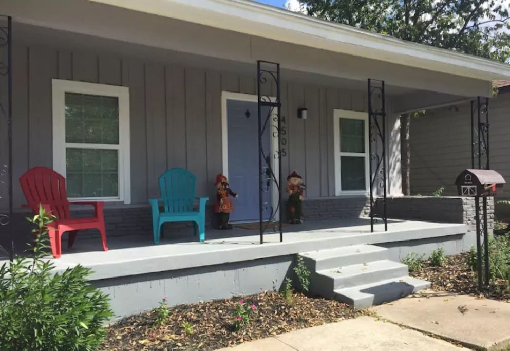 The theater room bungalows for rent in fort worth texas united states for Spare bedroom to rent fort worth