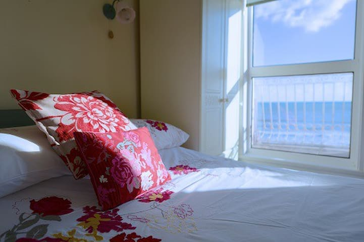 Sea front studio apartment - Dawlish - Bed & Breakfast