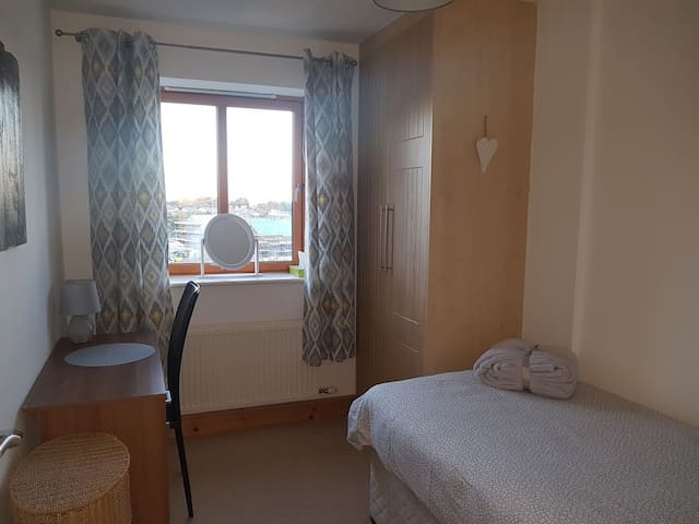 Bright Single Room For female guest