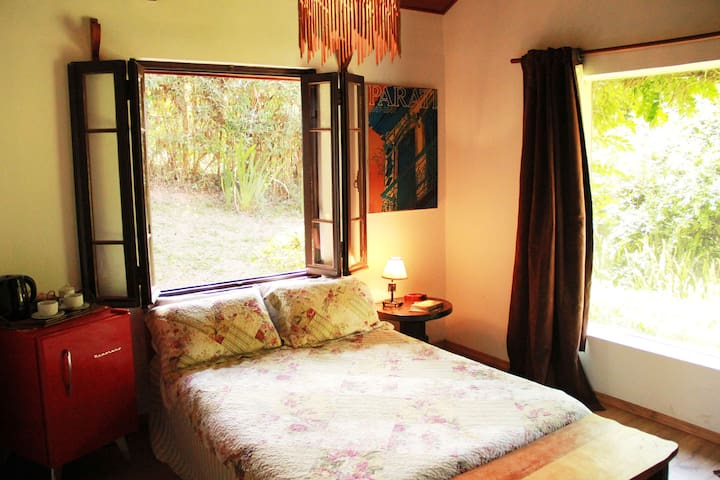Suite principal com lareira e hidromassagem, frigobar e TV a cabo