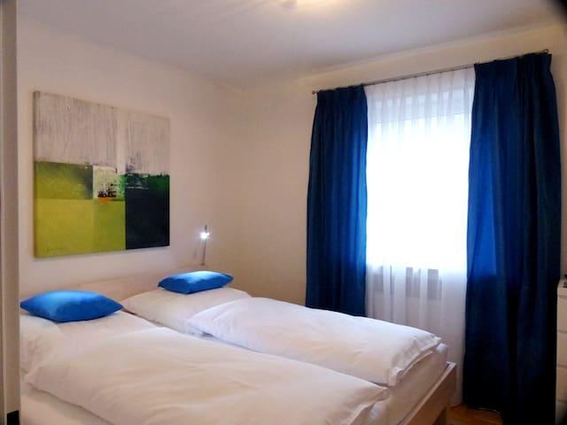 Schlafzimmer Bett 2,00m, mit Balkon, SAT TV