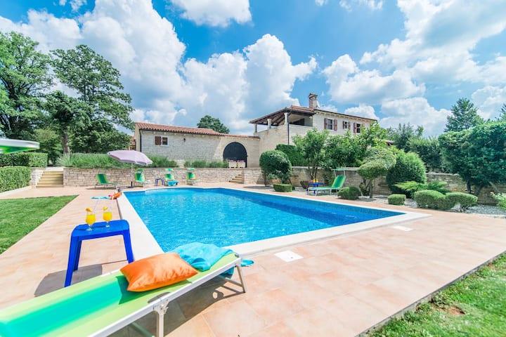 Espaciosa villa con piscina en Tinjan