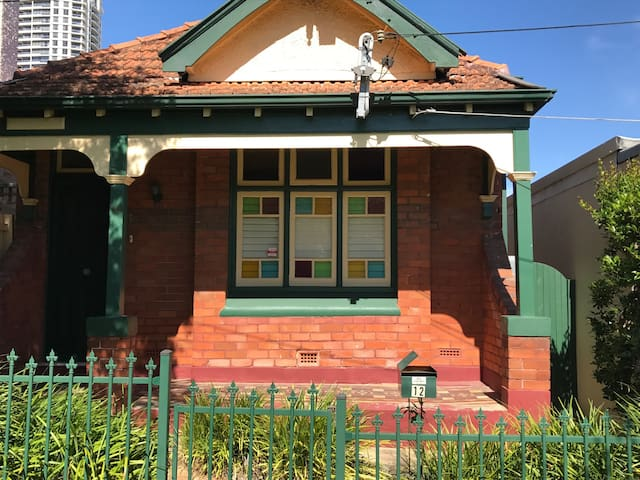 Walkabout Cottage -  convenience and comfort - Naremburn - Huis