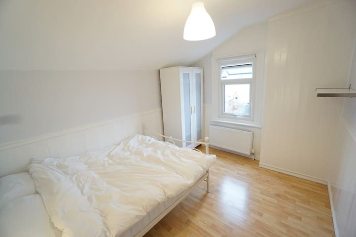 Bright, luxurious room in friendly house .2