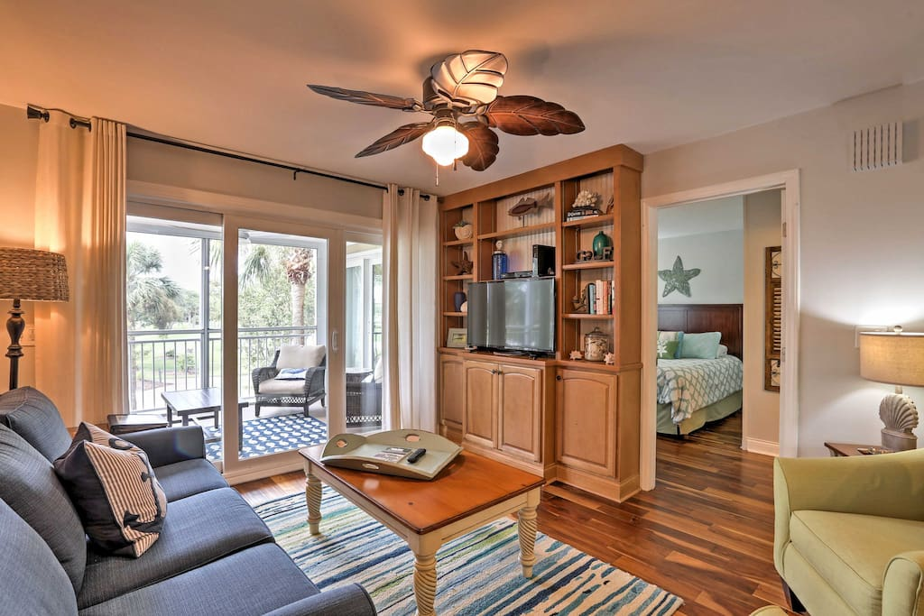 The condo is expertly furnished, with tasteful decor and modern amenities!