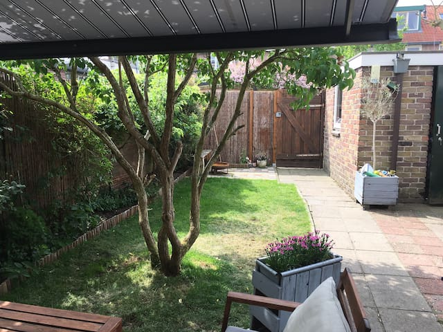 Comfortable house with garden(your dog is welcome)