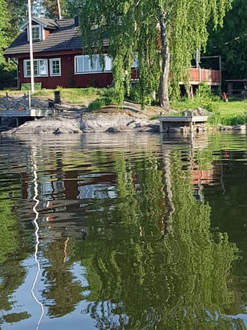 Huset och tomten sett från sjön