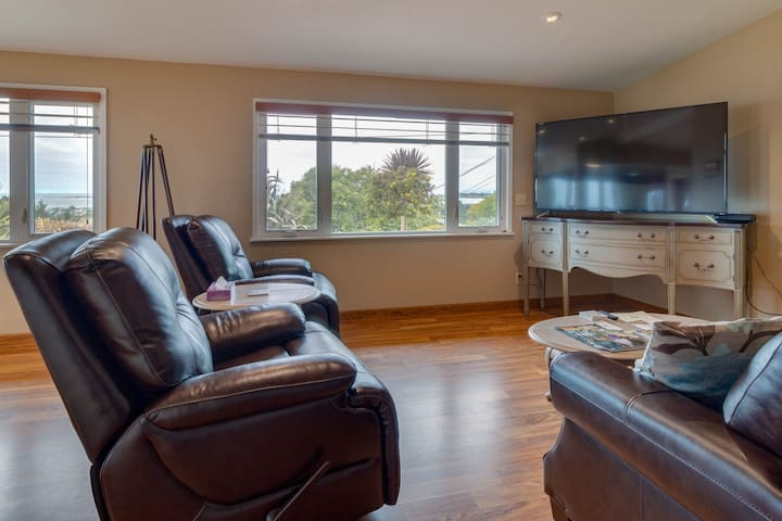 Charming retreat with sweeping views of the bay and ocean! Private BBQ/patio!