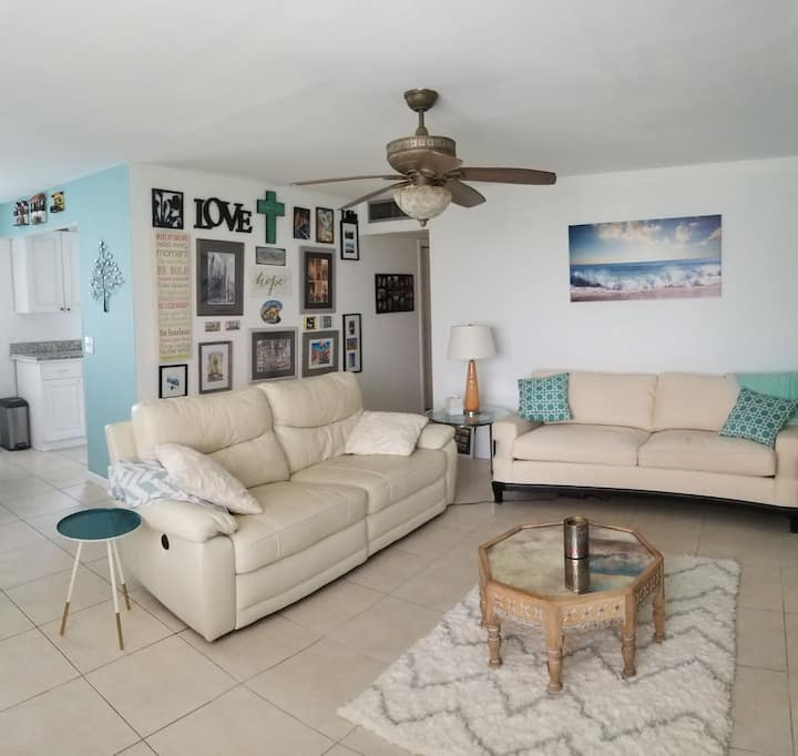 Quaint bedroom just 10 min drive from Downtown!