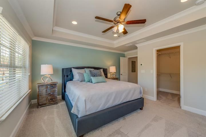 Luxury Master Suite minutes from Airport/Downtown!