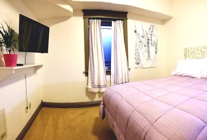 NW Bend private 500+ SQFT Westside suite sleeps 4
