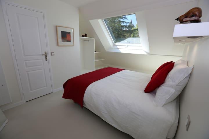 The Montfort En-Suite within a spacious home - Saint-Rémy-l'Honoré