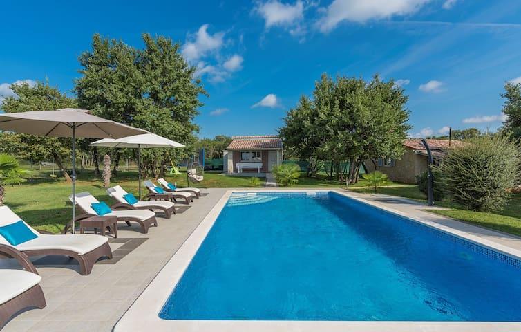 Holiday House Mamesa with pool and garden near Rovinj