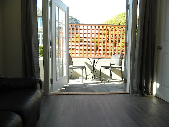 Cozy Patio suite on quiet street in James Bay