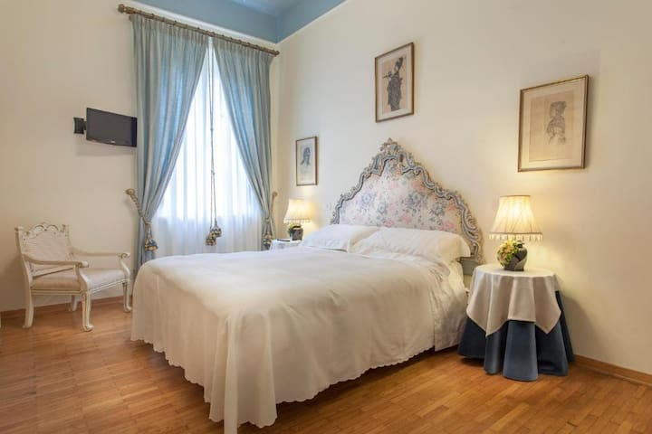 Elegant Quad Room with view in Massarosa
