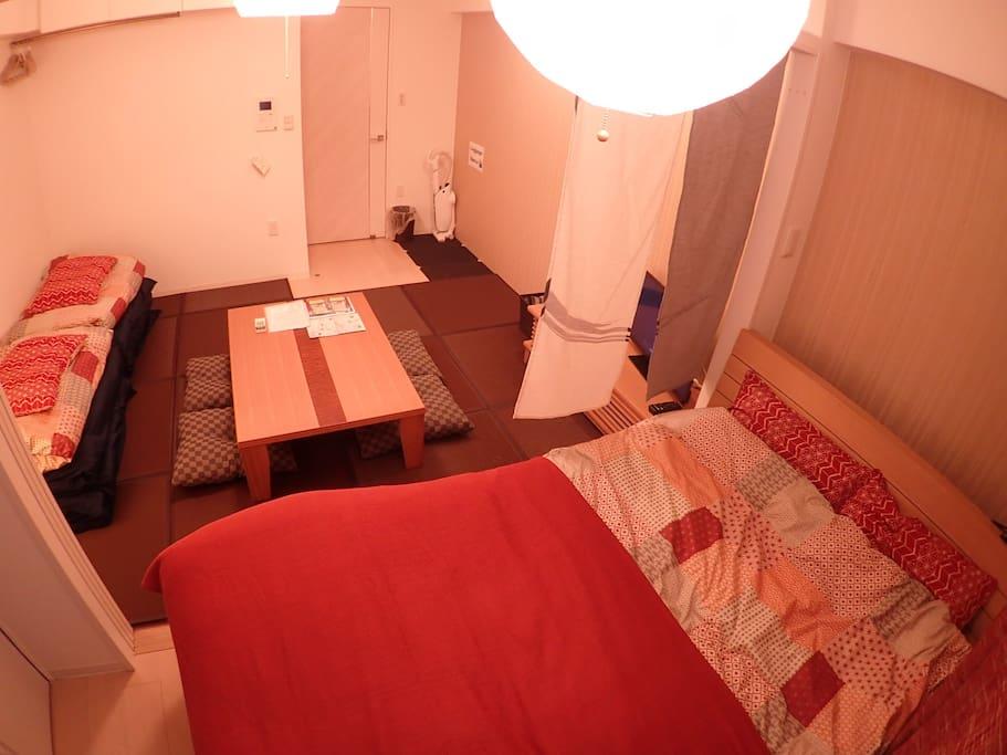 畳の間 ダブルベッドもあります。ご家族にもご利用いただける、5人までのお部屋