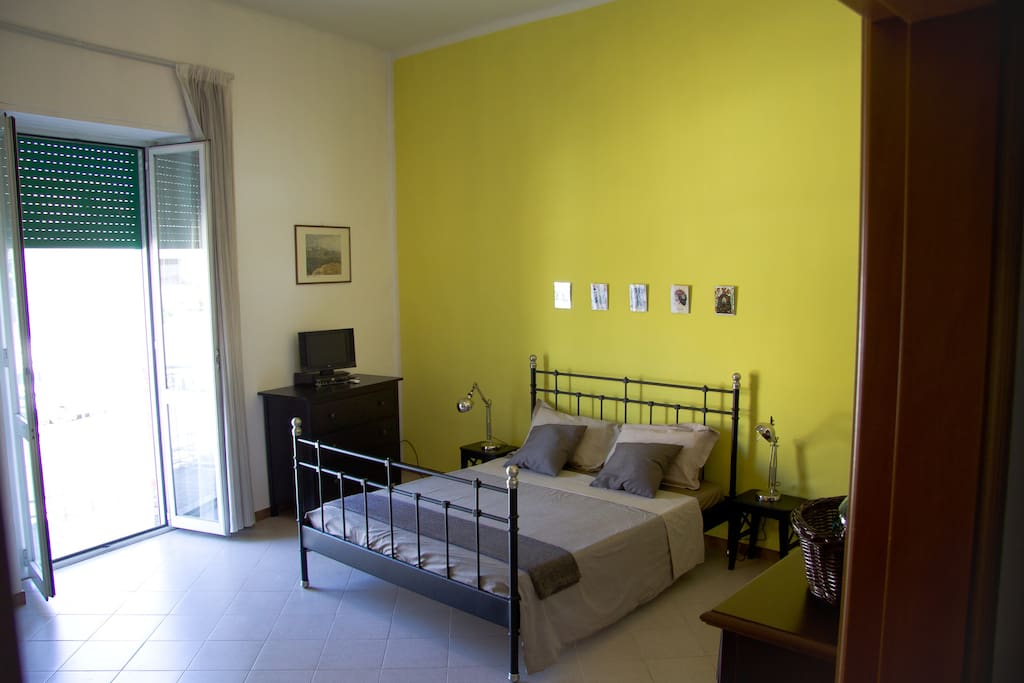YELLOW ROOM 4 POSTI
