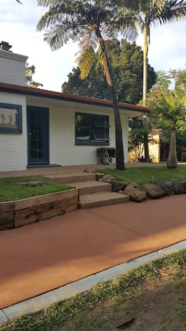Farm house on Currumbin Creek, Currumbin Valley - Currumbin Valley - Talo