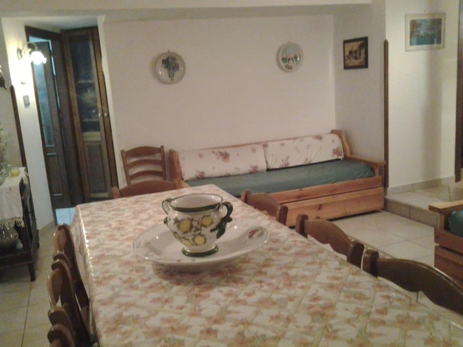 Living in stile mediterraneo , costituito da un ampia tavola , due divani  e angolo tv. Ideale per momenti di relax o allegri raduni , degustando le innumerevoli prelibatezze tipiche della zona