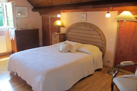 Chambre double dans villa du bord du Lac
