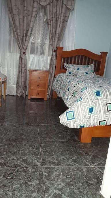 dormitorio con cama sencilla