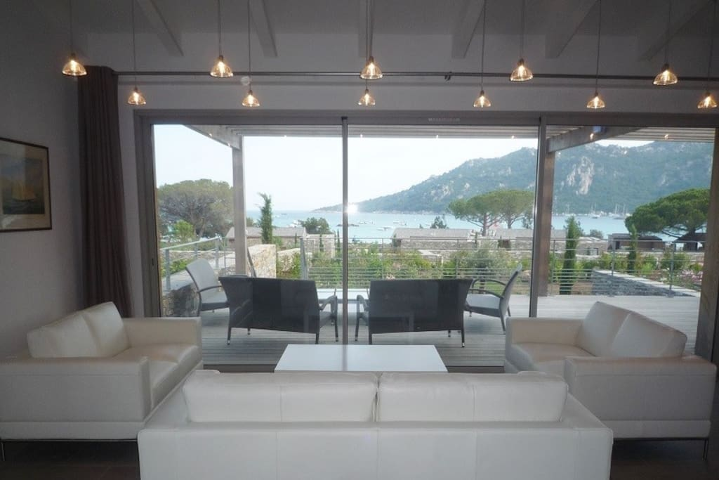 Vue prise du séjour et à travers la terrasse