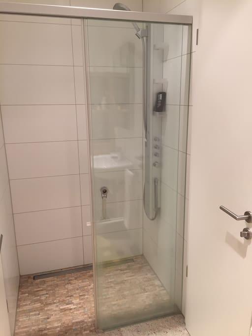 modernes g stezimmer mit eigenem badezimmer wohnungen zur miete in baden baden bw deutschland. Black Bedroom Furniture Sets. Home Design Ideas